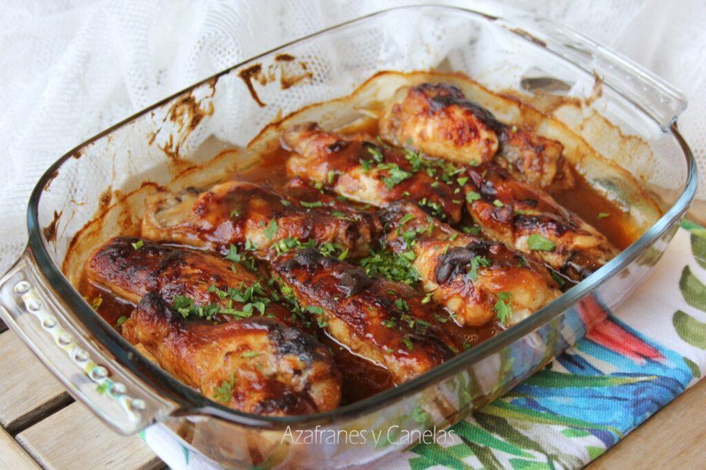 Alitas de pollo barbacoa. Bandeja de horno con alitas de pollo doradas en una salsa cremosa.