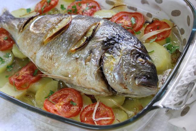 Dorada al horno sobre una bandeja con verduras