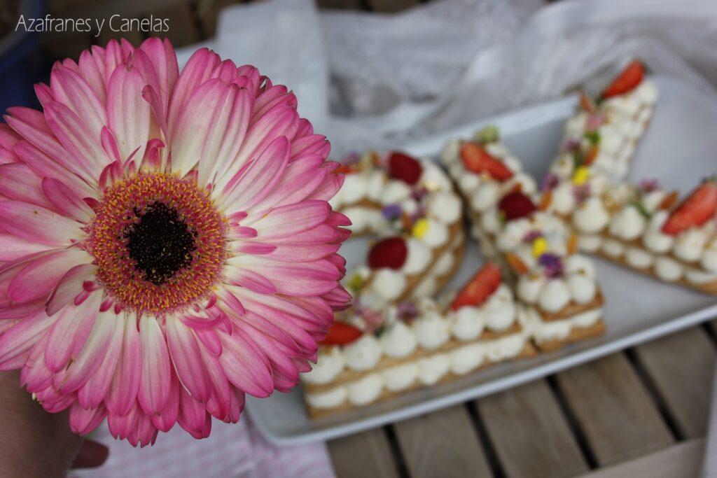 Tarta números de hojaldre: 2K en Instagram. Deliciosa tarta a base de hojaldre y crema de queso. Decorada con frutas frescas.